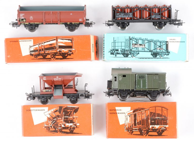 Vier goederenwagons voor spoortype HO in originele doosjes:- Gesloten goederenwagon.- Open metalen goederenwagon.- Hopperwagon.- Wagon met zuurcontainers.