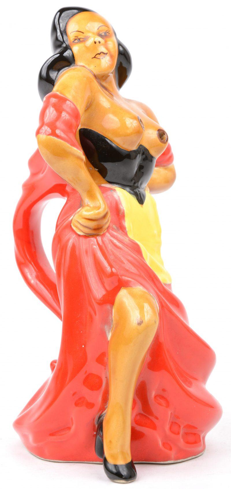 Een schenkkan van meerkleurig aardewerk in de vorm van een vrouw met ontblote boezem. Een ontwerp van A. Ferlay. Onderaan gemerkt.
