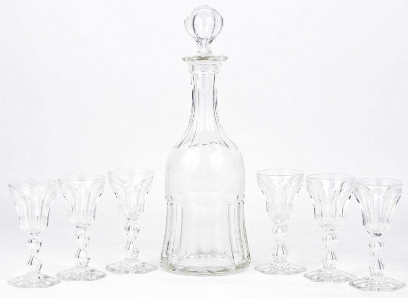 Een karafje van geslepen kleurloos kristal met zes glaasjes.