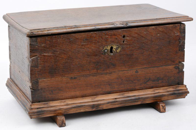 Een sober antiek houten bijbelkistje.