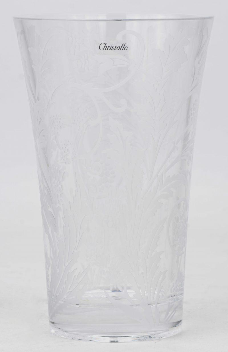 Een moderne kristallen vaas met gesatineerde bladmotieven.