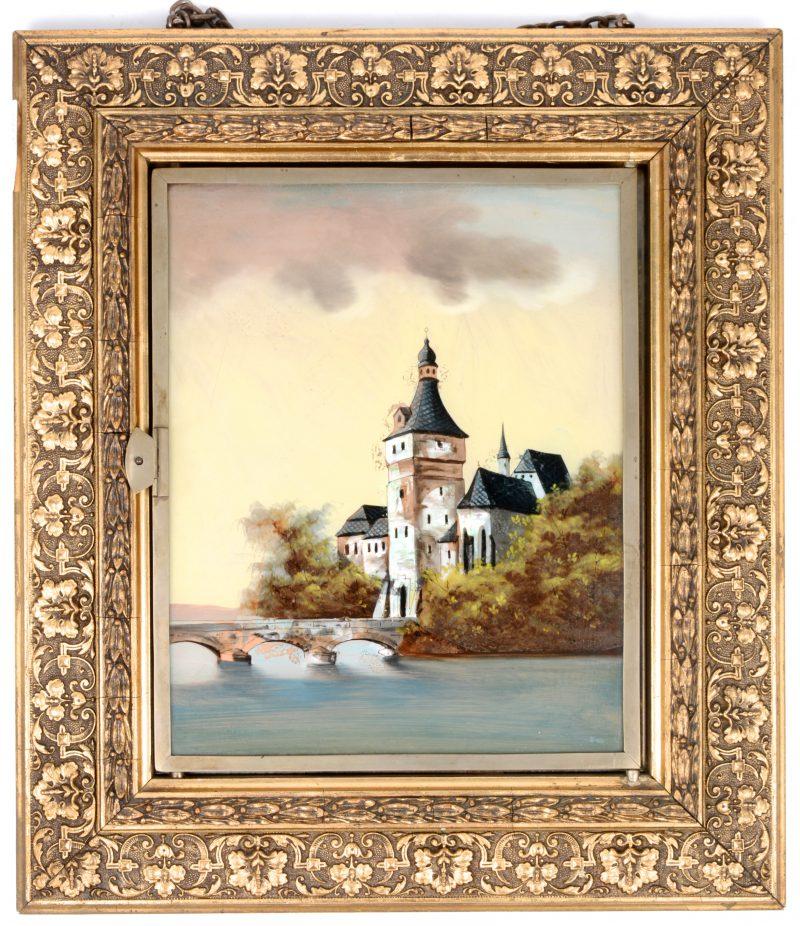 Tryptiekspiegel met schilderijtje achter glas.