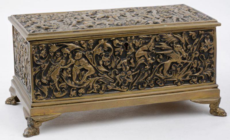 Rechthoekig koffertje van gedreven koper versierd met personnages in reliëf. Naar Renaissancevoorbeeld.