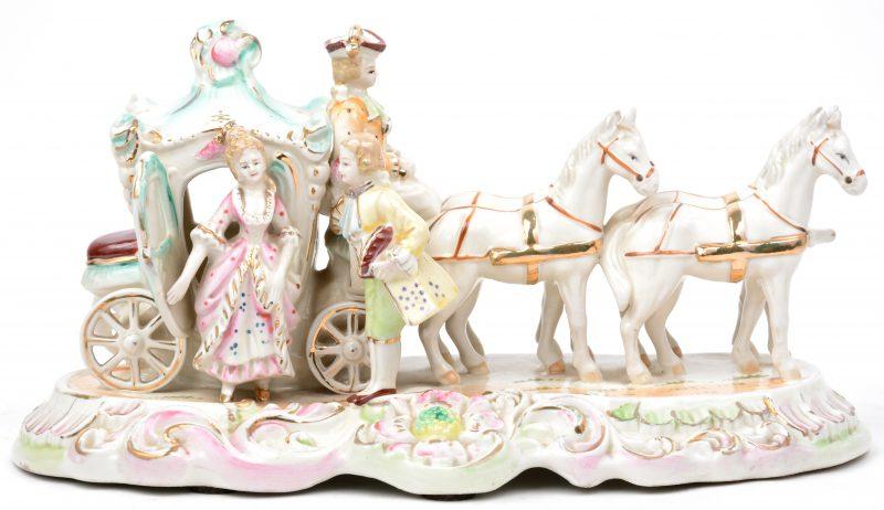 Een paardenkoets van meerkleurig en verguld porselein.