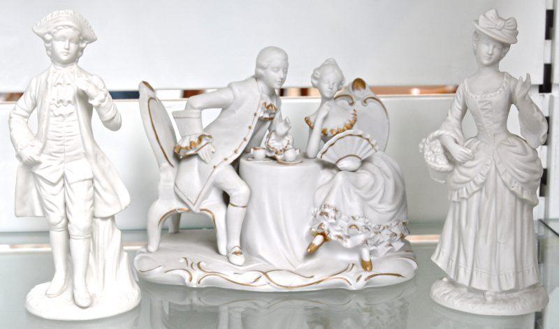 Een lot biscuit, bestaande uit een romantisch koppel op een zetel en twee beeldjes van een jongen en een meisje. Zonder merken.