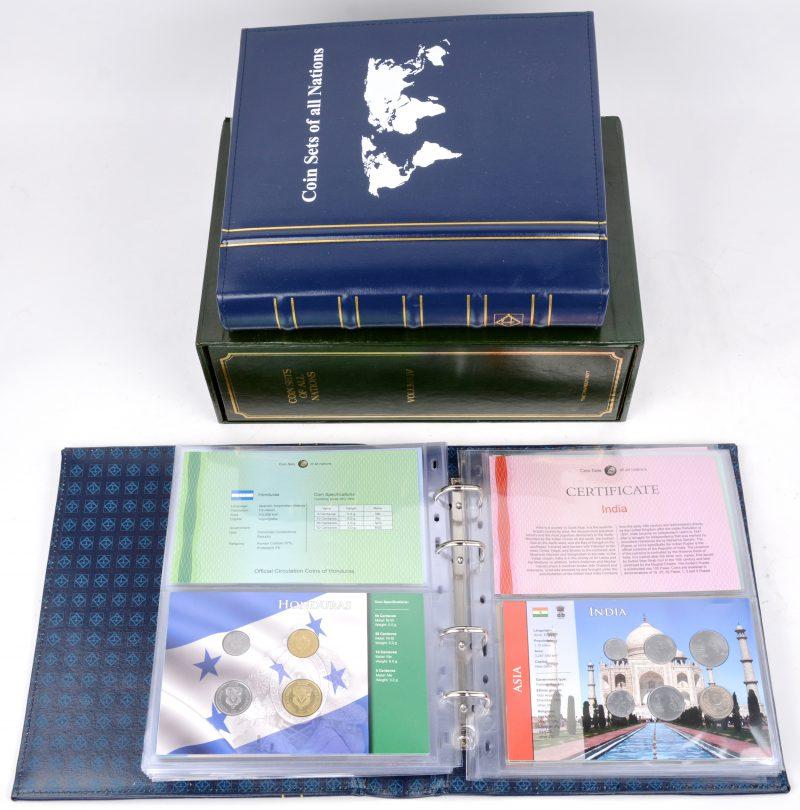 """""""Coin sets of all nations"""". Een lot van 58 sets met telkens tussen de vijf en de zeven munstukken van verschillende landen in drie verzamelaars. Medio Jaren '80."""