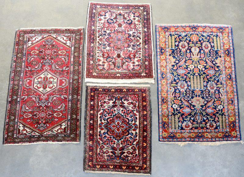 Een lot van vier Oosterse handgeknoopte tapijten.