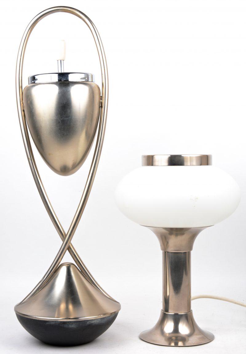 Een designasbak en dito lamp van geborsteld metaal.