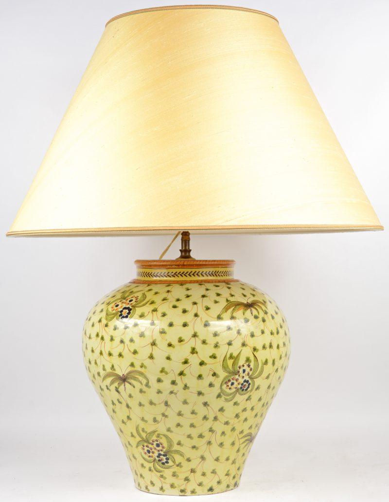 Een vaas van meerkleurig aardewerk met een vegetatief decor. Onderaan gemerkt. Zuid-Europees.