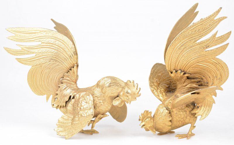 Twee vechtende hanen van goudgepatineerd brons.