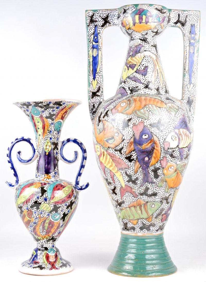 Een grote en een kleine siervaas van Tunesisch aardewerk, versierd met meerkleurige vissendecors.