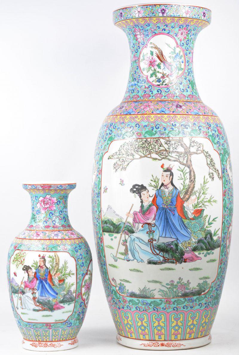 Een grote en een kleine balustervaas van Chinees porselein met een famille-rosedecor.