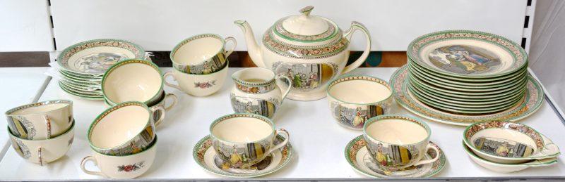 Een aardewerken theeservies met het decor 'Cries of London', bestaande uit een theepot, een melkkannetje en een suikerpot op schoteltje, tien kopjes en twaalf schoteltje en een schotel voor gebak. Onderaan gemerkt.