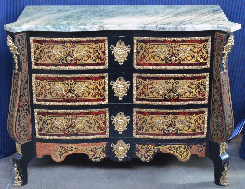 Een commode met drie laden, versierd met Boullemarquetterie en verguld beslag en met een marmeren blad. Schade onderaan.