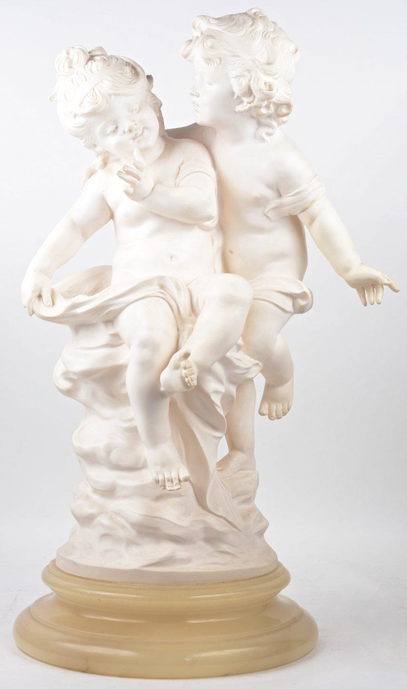 Een gegoten beeldengroep in de vorm van een jongen en een meisje. Op albasten sokkel. Italiaans werk.