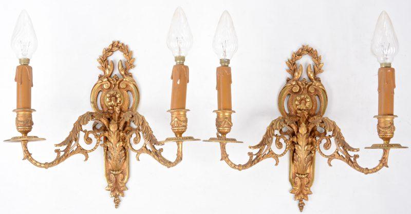 Een paar verguld bronzen appliques in barokke stijl met twee lichtpunten.