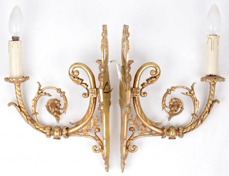 Een paar appliques in barokke stijl.