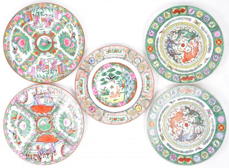 Vijf recente borden van meerkleurig Chinees porselein.