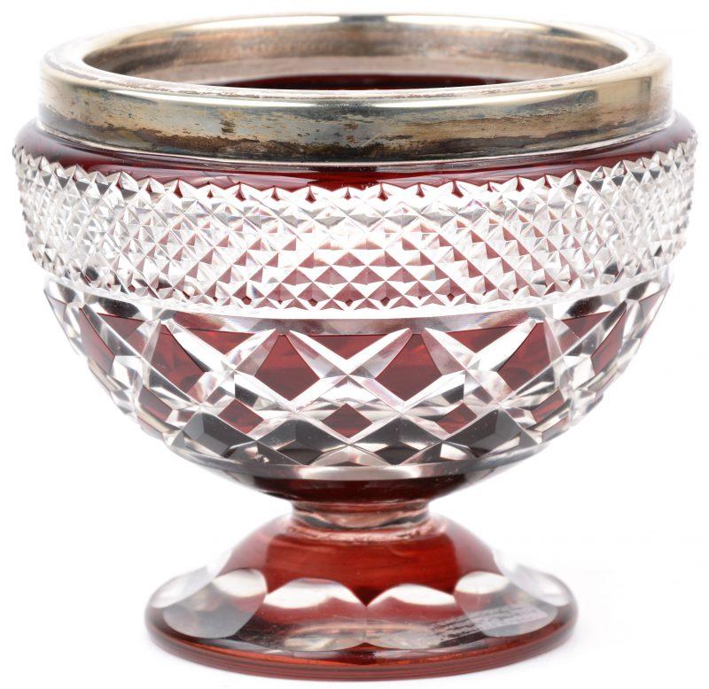 Een geslepen kristallen bonbonnière met rode accenten, met verzilverde rand.