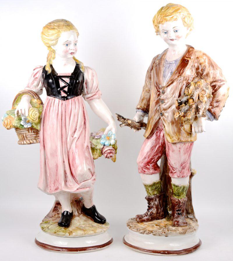 """Een paar porseleinen beelden - """"De houtsprokkelaar."""" en """"Het bloemenmeisje."""" Italiaans werk."""