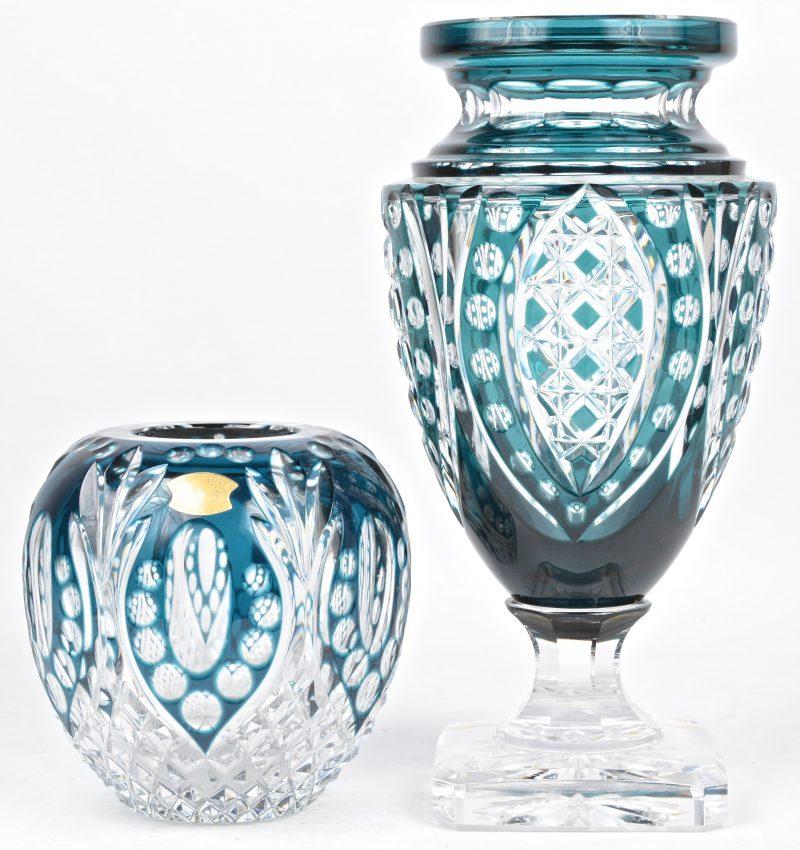 Een lot van twee geslepen kristallen vazen, groen in de massa. Gemerkt onderaan en resp. genummerd 42/116 en 23/150, en vermelding van de designer.