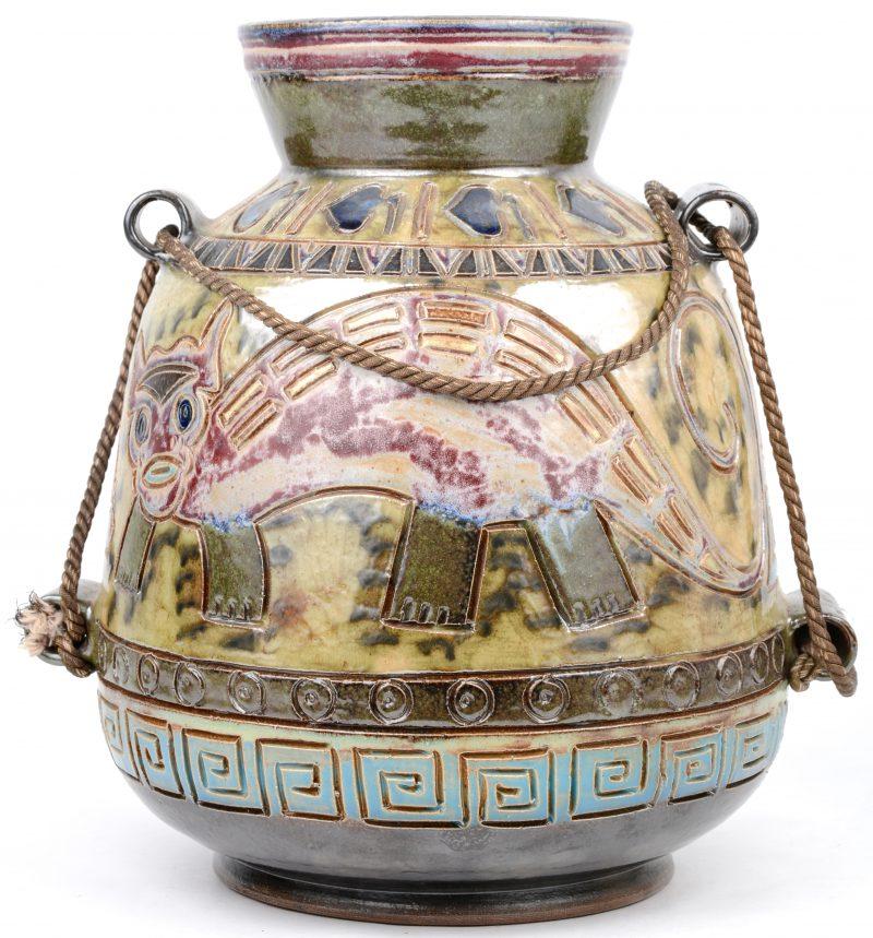 Een vaas van meerkleurig geglazuurd terracotta met een gestileerd decor van dieren. Onderaan gemerkt.