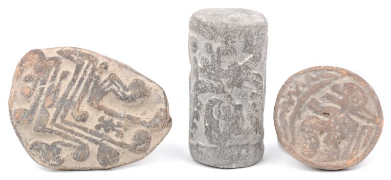 Drie stenen stempels, afkomstig van de Tomebamba uit Cuenca, Ecuador.