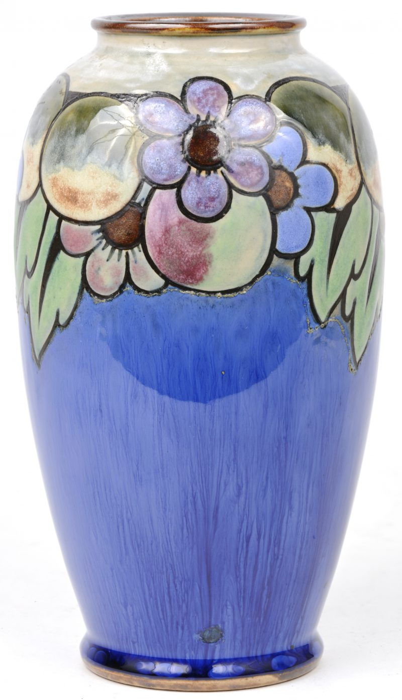 Een aardewerken vaas met een meerkleurig bloemendecor. Onderaan gemerkt.