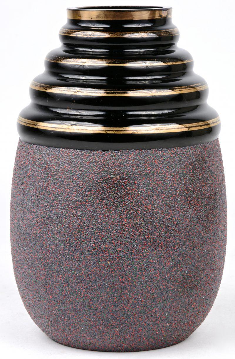Een vaas van Booms glas met vergulde lijnen en een korrelstructuur.