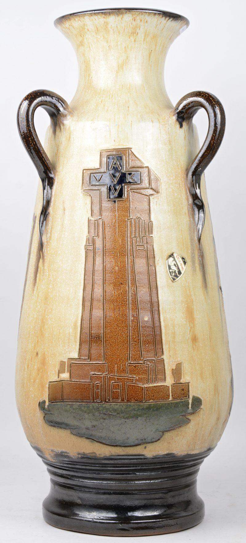 Een grote vaas van Vlaams aardewerk met een decor van een vredesduif, de Ijzertoren en een Vlaamse leeuw. Onderaan gemerkt.