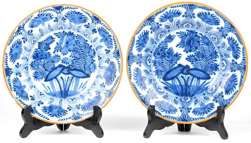 Een paar blauw en witte borden van Delfts porselein. XVIIIde eeuw. Gemerkt van De Porceleyne Byl.