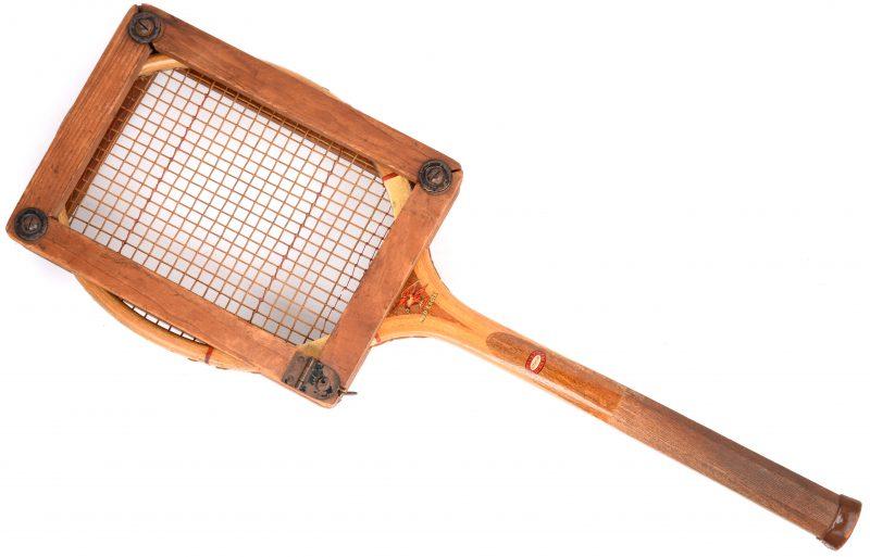 Een oude tennisracket. Met houder.