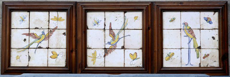 Drie frames met telkens negen aardewerken tegels. Omstreeks 1800.