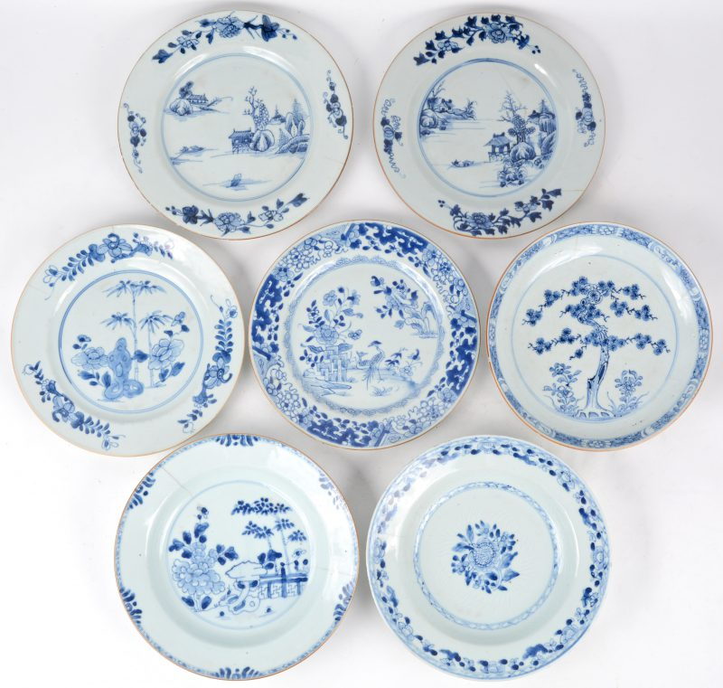 Een lot XIXde eeuwse Chinees porseleinen borden. Meerdere haarscheuren, en één hersteld.