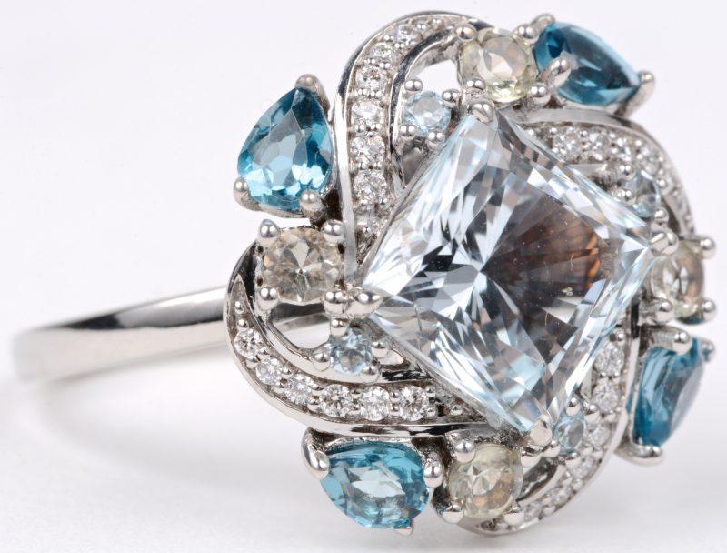 Een 18 karaats wit gouden ring bezet met briljanten met een gezamenlijk gewicht van ± 0,24 ct. en aquamarijn van ± 5 ct.