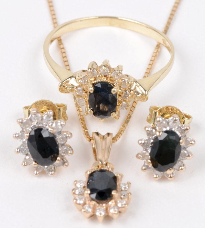 Een 18 karaats geel gouden parure, waaronder ketting met hanger, een ring en oorbellen bezet met een diamanten met een gezamenlijk gewicht van ± 0,48 ct. en saffieren met een gezamenlijk gewicht van ± 0,80 ct.