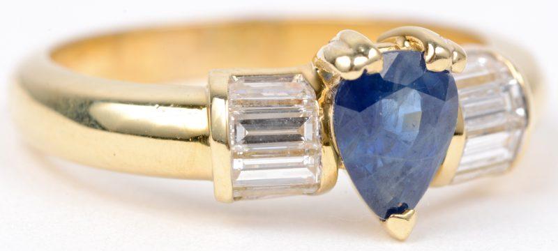 Een 18 karaats geel gouden ring bezet met diamant baguetten met een gezamenlijk gewicht van ± 0,50 ct. en een peervormige saffier van ± 0,50 ct.