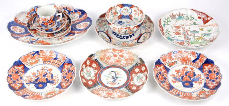 Lot Imari porselein. Vijf borden, een ovale schotel, een klein bordje en een kop (barst) en schotel.