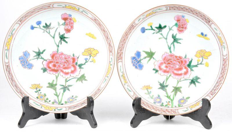 Paar compotiers met famille rose decor. Beide met een haartje.