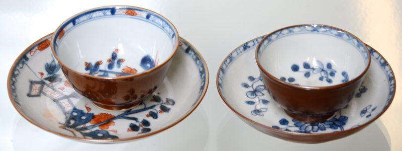 Twee kopjes en twee schoteltjes van Chinees porselein met capucinedecor.