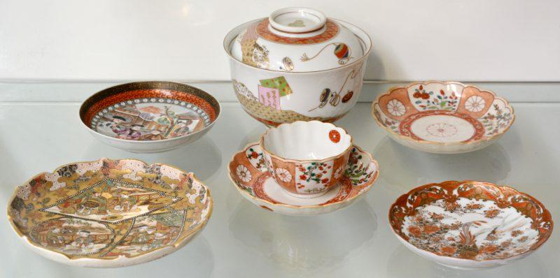 Lot Chinees en Japans porselein bestaande uit vijf schoteltjes, een kopje en een bol met deksel.