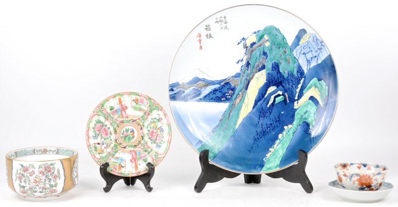 Lot Chinees en Japans porselein: een schotel, een Canton bordje, een theekopje en schoteltje en een bowl met dubbele wand.