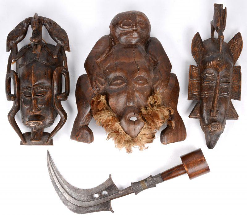 Lot Afrikaanse sculpturen: drie maskers en een ceremonieel mes.