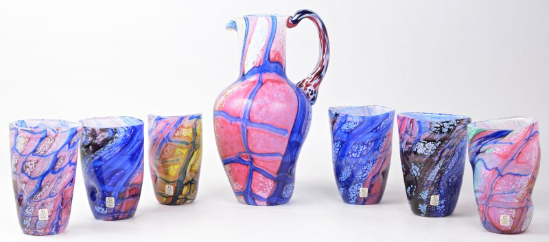 Een set handgeblazen polychroom kristallen glazen en een karaf. Zweeds, naar Italiaans voorbeeld.