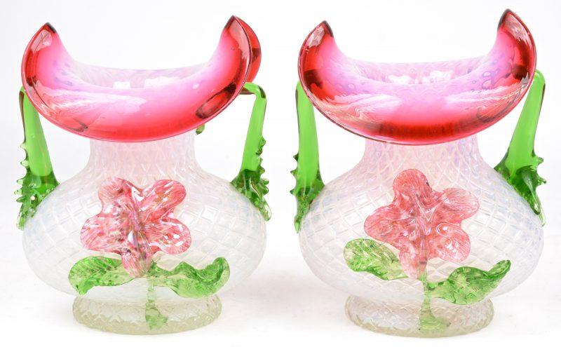Twee siervaasjes van geblazen Italiaans glas, versierd met een bloemendecor.