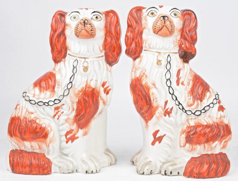 Een paar zittende honden van Staffordshire-aardewerk.