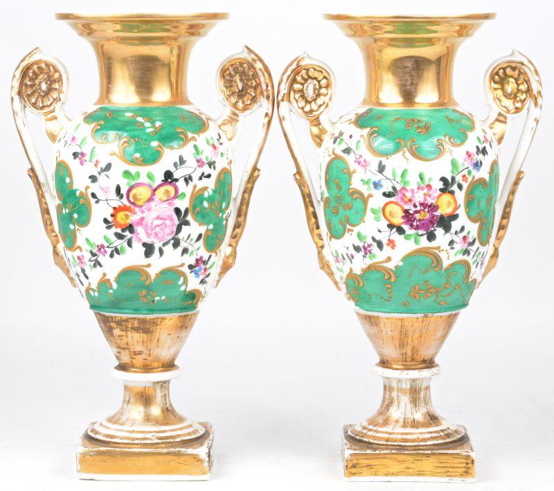Een paar siervazen van meerkleurig en verguld porselein. Vieux Paris, omstreeks 1900.