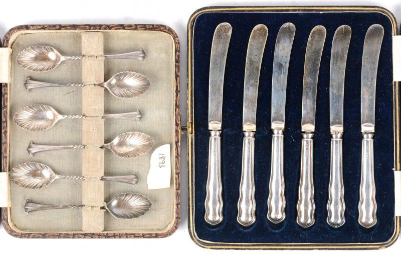 Twee etuis, waarbij één met zes zilveren dessertlepeltjes en één met zes zilveren botermessen. Engelse keuren.
