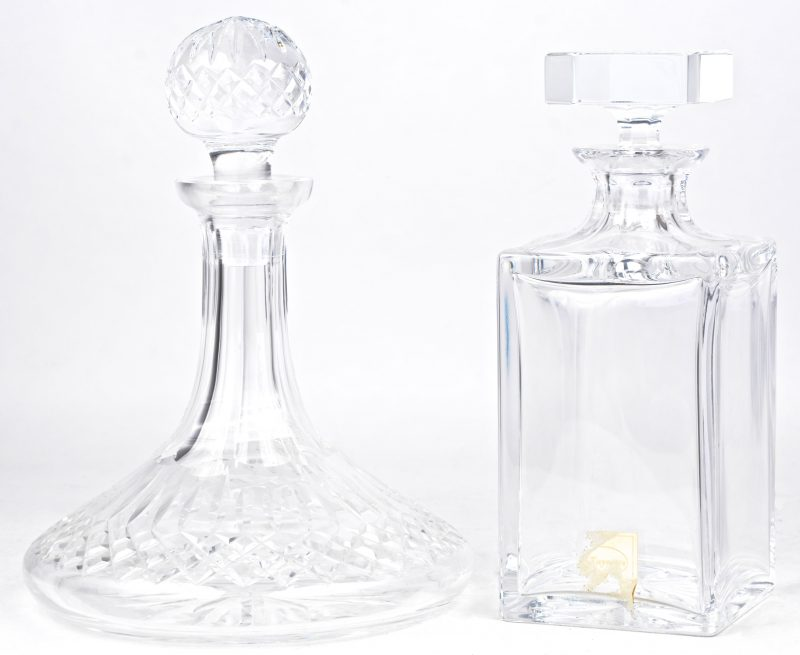 Twee verschillende karaffen van kleurloos kristal.