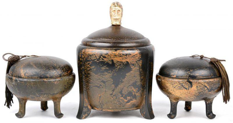 Drie bakelieten potjes van Ebena, waarbij één getooid met een hoofd van een indiaan. Sporen van verguldsel.